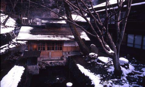 1024px-Spa_bath_at_Hoshi_Ryokan